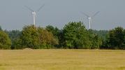 Etelässä maisemaa hallitsee tuulimyllyjen rykelmä (c) Timo Nuoranen