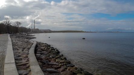 Sillamäen uusi rantapuisto. Horisontissa häämöttä säteilevä jätevuori jonne on pääsy kielletty (c) Timo Nuoranen